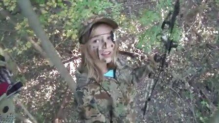 11岁漂?#20004;?#21457;美国小女孩弓箭打猎一头鹿