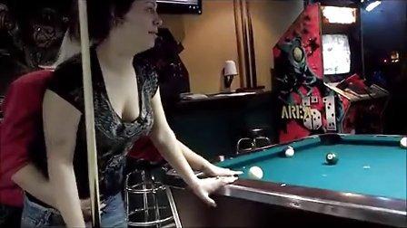 【纹身人才网】纹身美女打桌球露出股沟