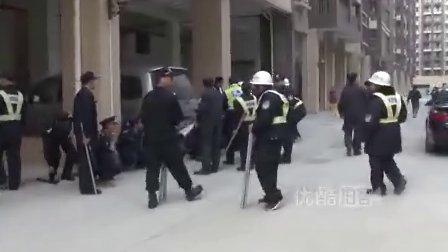 【猛料】实拍东莞保安持钢管打砸特警持冲锋枪抓人