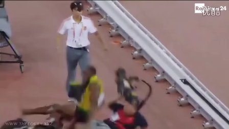 2015北京田径世锦赛_博尔特在200米夺冠庆祝时被中国记者铲倒