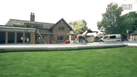 跑酷大神_Damien_Walters_和他的朋友一起玩转空气垫