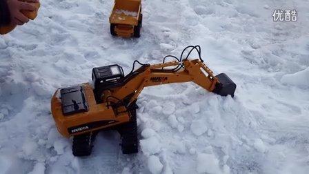 挖掘机视频表演 工程车挖土机玩具挖雪装车 互动亲子游戏