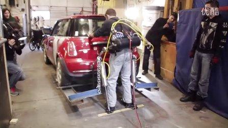 牛人DIY动力外骨骼 可举起汽车