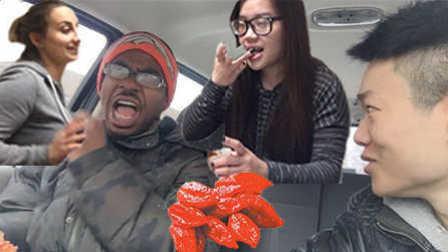 整蛊路人吃下全世界最辣的辣椒