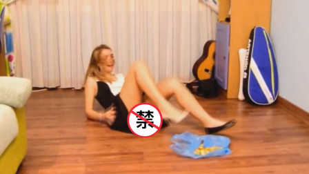 摔惨 美女作死挑战香蕉皮 21