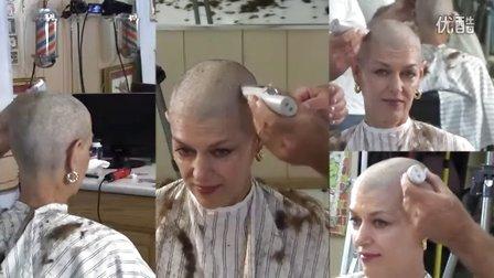 女理发师也剃了一个光头