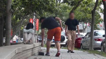 中国街头抢乞丐钱 你会冷漠吗