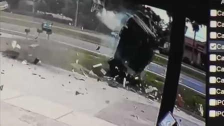 监拍轿车4个360度旋转翻车重摔落地司机奇迹视频鲜花包装图片