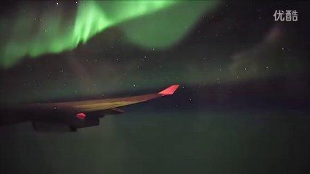 男子拍摄飞机飞过北极极光