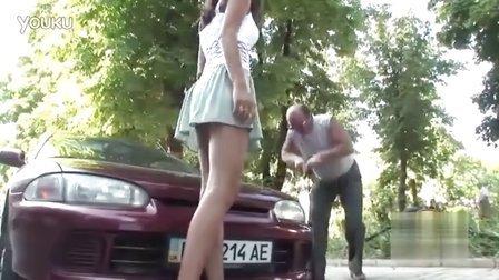 搞笑恶搞路人给美女打气裙子飞起了了1477732603