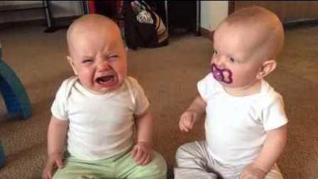 女双胞胎baby抢奶嘴大战!打架要从小培养!