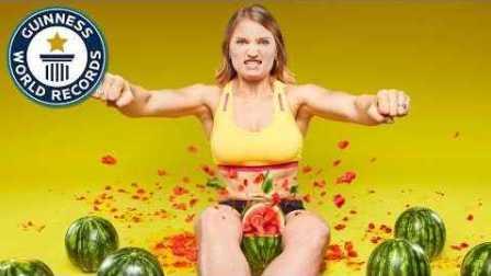 女子双腿夹烂西瓜的世界纪录,我知道你们在想什么