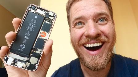 美國男子在華強北用東拼西湊的配件組裝出一臺iPhone