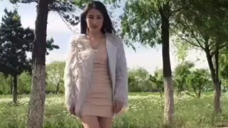 美女啊! 你这身貂皮大衣确实很性感, 但我想问: 大夏天穿这个到底热不热?