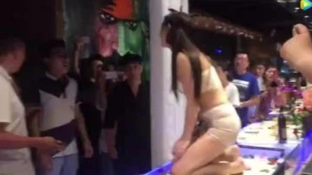 太原某人体宴, 女服务员遭猥琐男咸猪手, 与对方发生争执