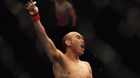 中国UFC第一人张铁泉扬威国际擂台, 一回合绞杀降服对手!