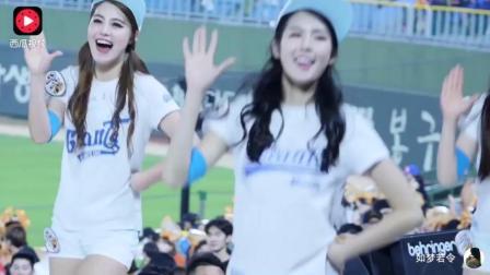 球场上美女啦啦队劲歌热舞最后却被一男的乱入