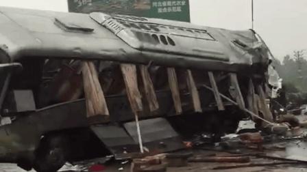河北省承德市围场县半截塔镇辆青岛旅游大巴与半挂牵引车相撞, 导致20人身亡多人受伤!