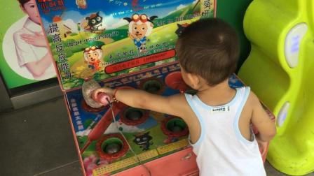 宝宝花1元钱玩遍各种游戏机 好厉害 萌娃成打弹珠高手 打地鼠视频