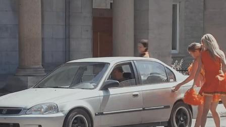 美女啦啦队搭路人车, 看完让人哭笑不得!