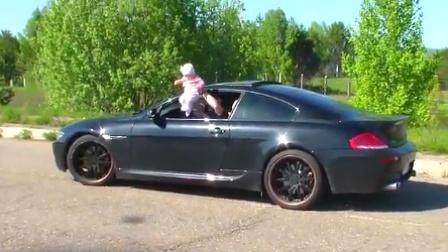 男子将女儿挂窗外飙车