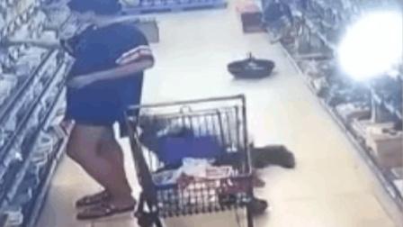 猥琐男超市偷窥女子裙底