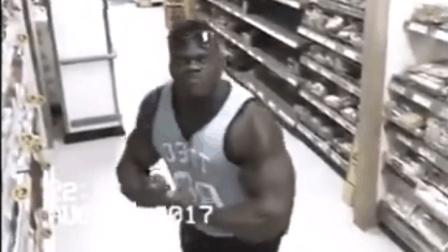 一位健美运动员在超市看到摄像头后……