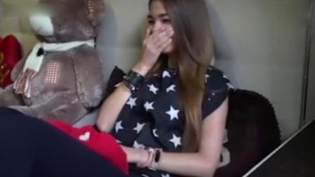 俄罗斯主持人直播中向女友求婚 女友感动落泪