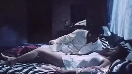 男子装梦游,想占女室友便宜,其实美女也是装睡的哈哈