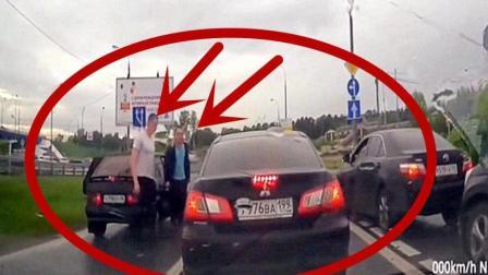 路怒两男子以为女司机好欺负, 没想到她有这种武器, 瞬间捂脸就逃!