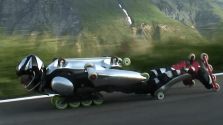 人体滑板身上安装32轮子, 飞过全球最险公路, 比汽车还快