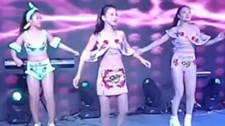 七夕性感美女热舞 引众人围观