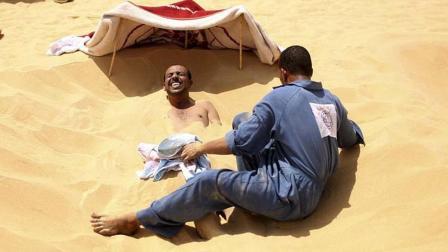 埃及的人把自己埋在滚烫的沙子里, 据说可以治疗不孕不育!
