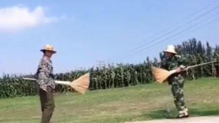 蓝天白云下俩农村大叔拿着扫把斗舞, 霹雳舞步炫酷十足啊!