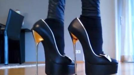 美女穿20厘米高跟鞋,走路美女摇摇晃晃姿势拉脱维亚图片