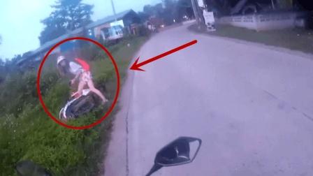 男子骑摩托车回家, 偶遇女司机尴尬的一幕!