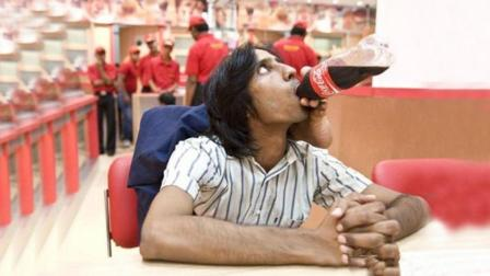 印度开挂橡皮人, 能用脚绕过脖子喝可乐, 不知道味道如何?