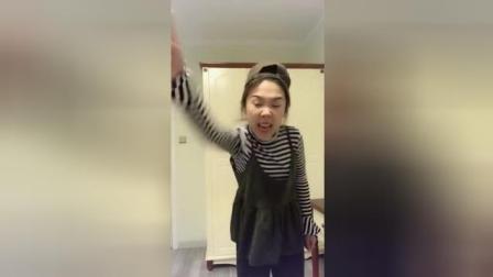 搞笑视频: 这小美女自导自演还挺开心, 演的不错