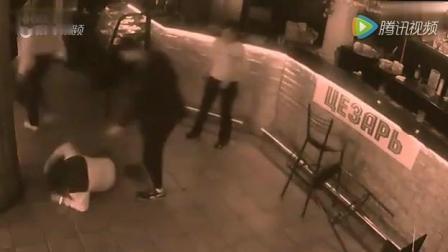 酒吧女服务员遭男顾客调戏, 两下将其KO在地
