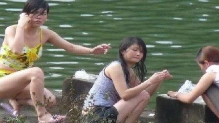偷拍河边少女脱衣洗澡 肤白貌美 整人搞笑361
