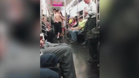 小伙在地铁上, 光着跳钢管舞, 太辣眼睛了
