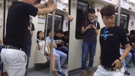 厉害了我的哥! 男子在地铁车厢内搔首弄姿跳钢管