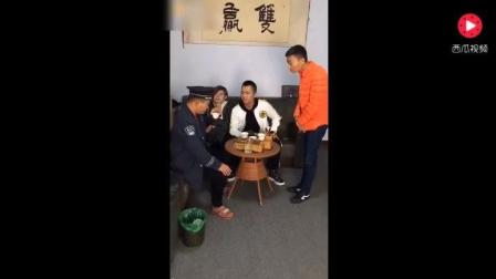 搞笑视频, 保安品茶大师故意给他喝尿, 笑死人不