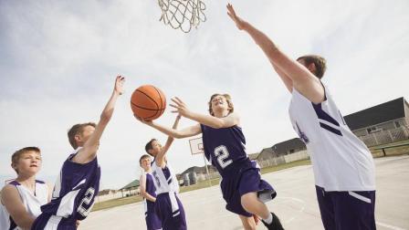 看完美国两个小男孩单挑篮球, 终于知道美国称为