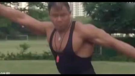 体育老师秀肌肉, 瞬间小学生秒杀!