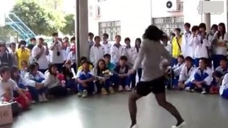 看看人家的体育老师, 舞跳得多好