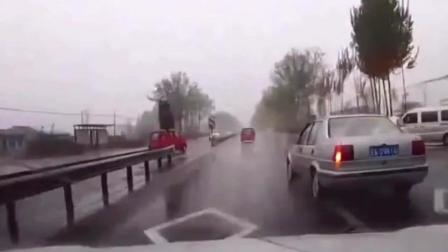 银色车雨天大幅度调头, 视频车无奈撞了上去