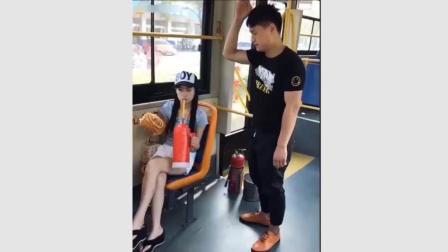 逗比二货美女坐公交, 笑死一车人了