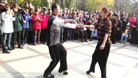 实拍: 夫妻合跳广场舞, 真的是开心就好