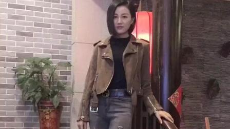大长腿穿上时尚的破洞裤, 这样的美女看一眼忘不